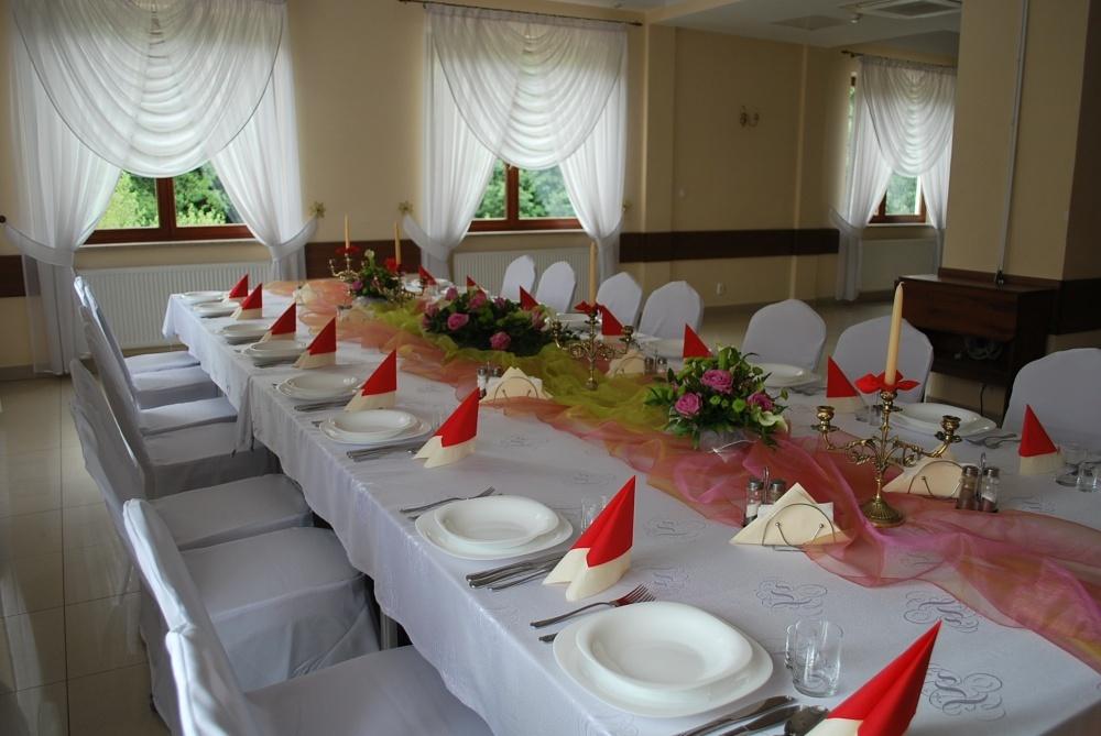 Długi nakryty stół do posiłku - Kliknięcie spowoduje wyświetlenie powiększenia zdjęcia