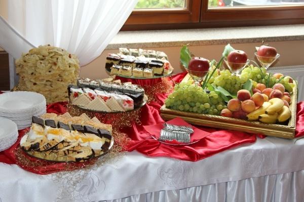 Stół z talerzami pełnymi ciasta - Kliknięcie spowoduje wyświetlenie powiększenia zdjęcia