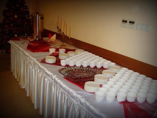 Stół cateringowy z termosem oraz naczyniami na kawę - Kliknięcie spowoduje wyświetlenie powiększenia zdjęcia