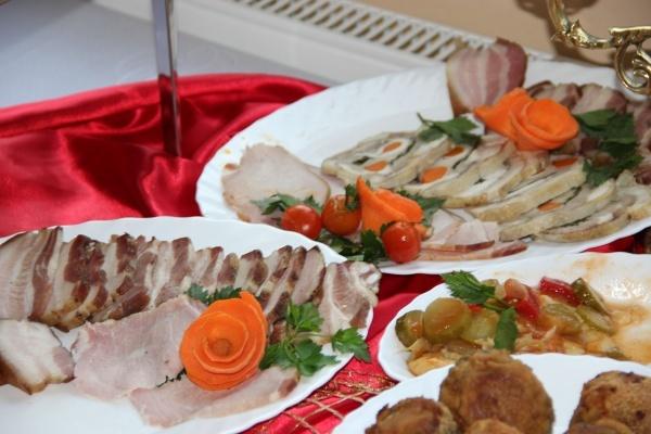 szwedzki stół z przekąskami na zimno - Kliknięcie spowoduje wyświetlenie powiększenia zdjęcia